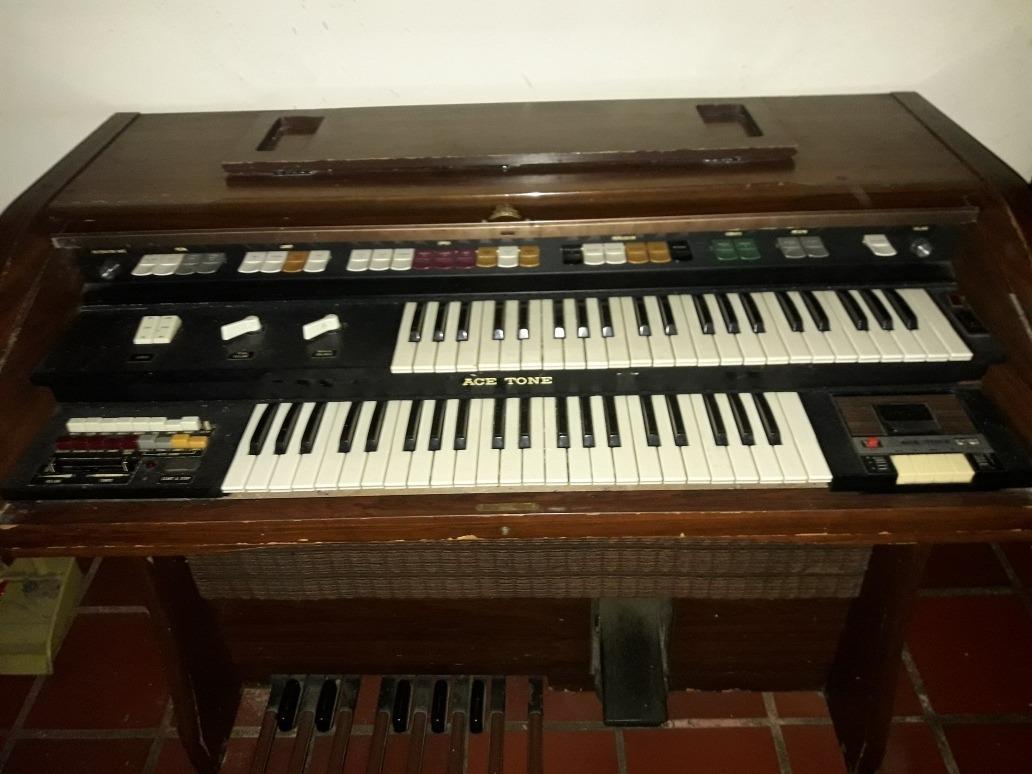 organo piano antiguo con doble teclado eléctrico.