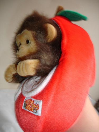original y tierno titere de mono en manzana
