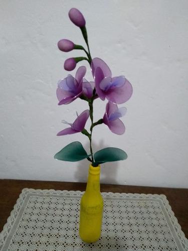 orquídea com vaso amarelo e flores lilás violeta verde