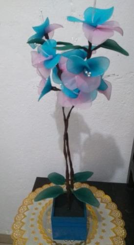 orquídea vaso madeira azul 2 galhos flores azul rosa branco