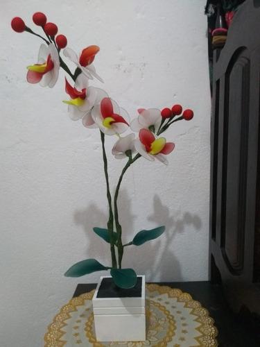 orquídea vaso madeira branco 2 galhos amarelo vermelho
