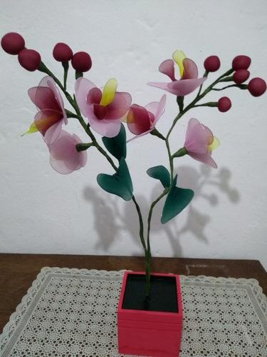 orquídea vaso madeira vinho 2 galhos flores rosa amarelo verde vinho artesanal