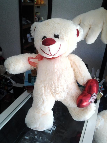 oso de peluche con corazón blanco mediano
