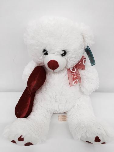 oso peluche blanco con corazón en la mano