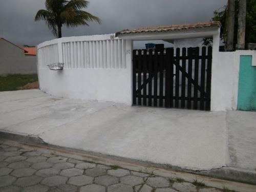 ótima casa com piscina em itanhaém rua pavimentada.