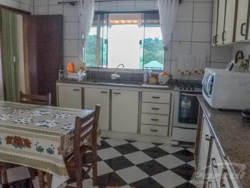 ótima casa na itoupavazinha, com 2 pisos que podem ser separados, contendo o primeiro piso, 2 quartos, banheiro, uma cozinha espaçosa e vagas para dois carros.no segundo piso- sala de estar/jantar am