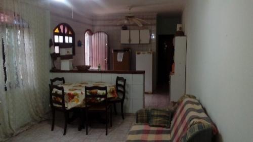 ótima casa à venda em itanhaém-sp, possui 2 quartos, confira