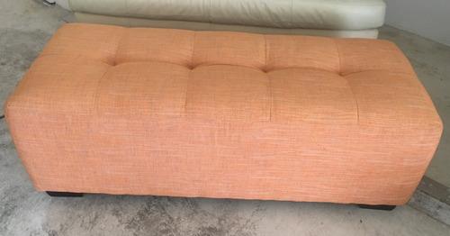 ottoman en tela color naranja tipo banca rectangular