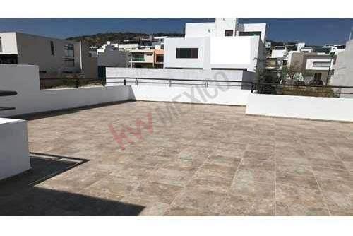 padrisima casa en venta con roof garden, tres recamaras estudio, juriquilla