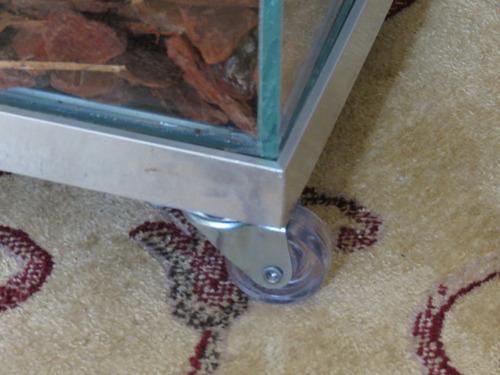 palmeira ráfia no cachepot de vidro 35x35x35 pedras brancas