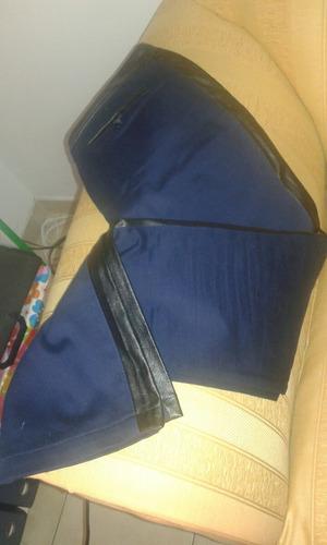 pantalón azul con cintura de cuero