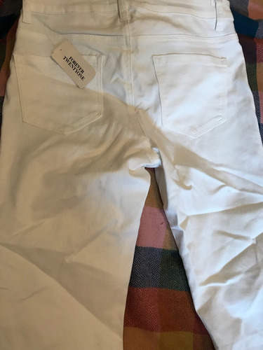 pantalón blanco. estilo jean elastizado.