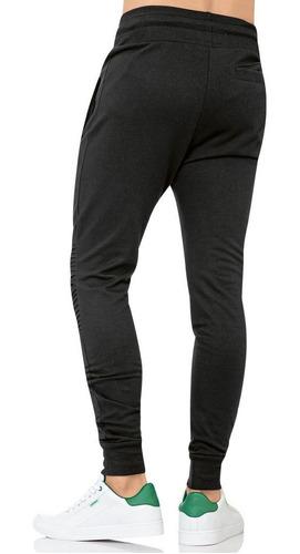 pants tipo jogger con fracciones en rodillas.
