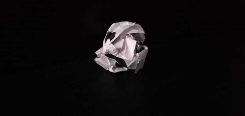 papel arrugado con cara triste