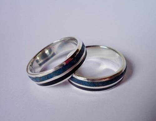 par de alianças de prata madeira ébano e pedras crisocola