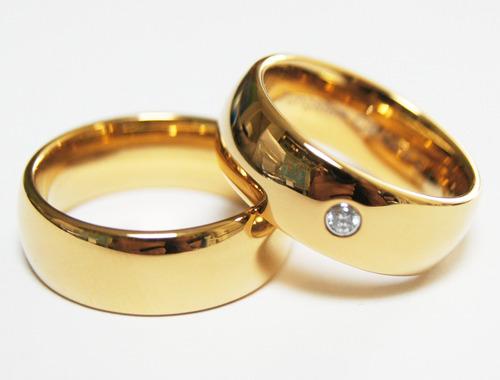 par de alianças de tungstênio folheadas a ouro com brilhante