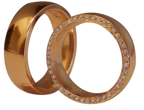 par de alianças em ouro 18k e diamantes.