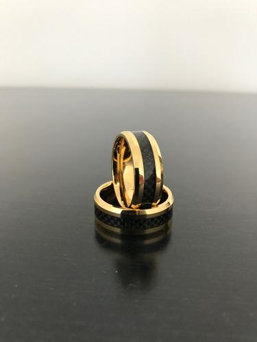 par de alianças tungstênio e ouro 18k com detalhe de fibra