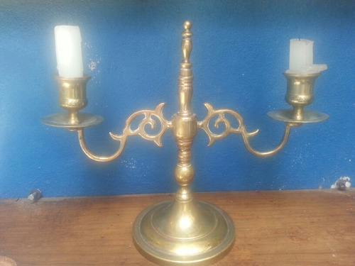 par de candelabros antiguos de bronce.
