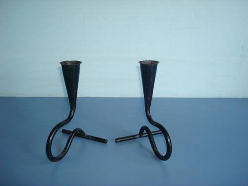 par de diferente castiçais em ferro