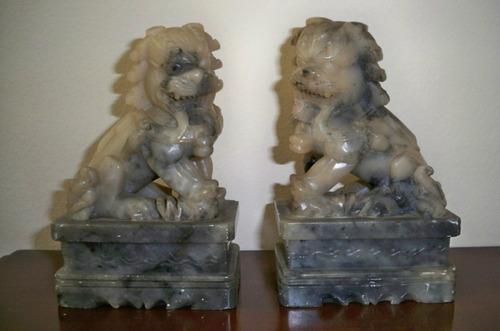 par  de  esculturas  de  pedra  dura  acinzentada