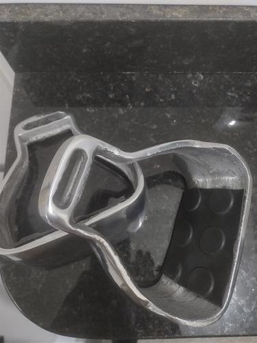 par de estribos de alumínio