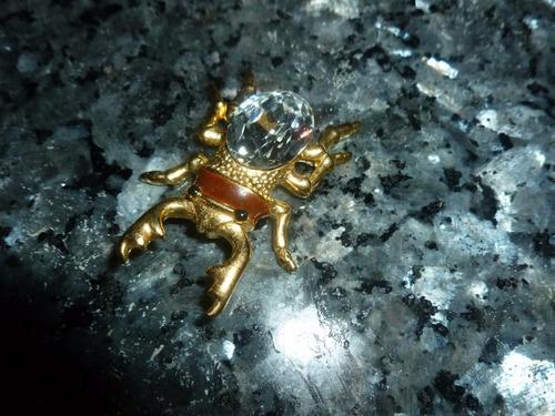 par de figuras en metal y cristal escarabajo