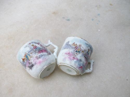 par de tacitas con escena galante de porcelana limoges
