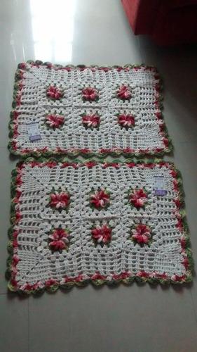 par de tapetes em barbante crú e flores vermelhas