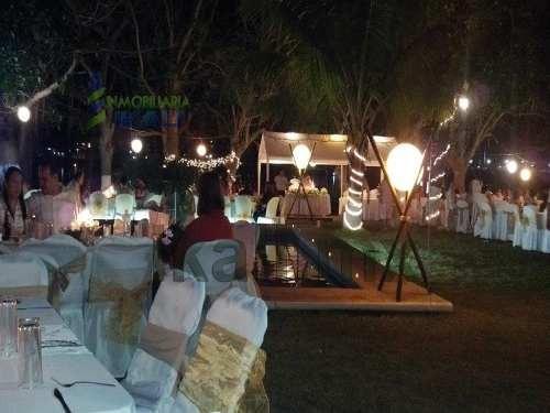 para eventos a partir de 100 invitadossalón (por 6 hrs)albercamontaje de mesasmantelería (mantel, cubre mantel y moño p/sillas)sillas tiffanyloza y cristaleríaservicio de meseroscarpas ilumi