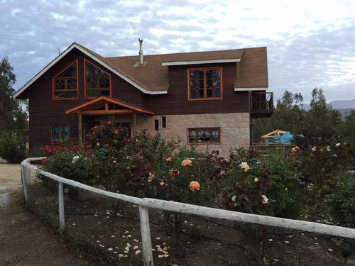 parcela con casa grande y dos cabañas