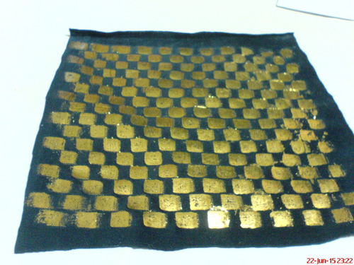 parche-adorno en color negro con trenzado en color oro