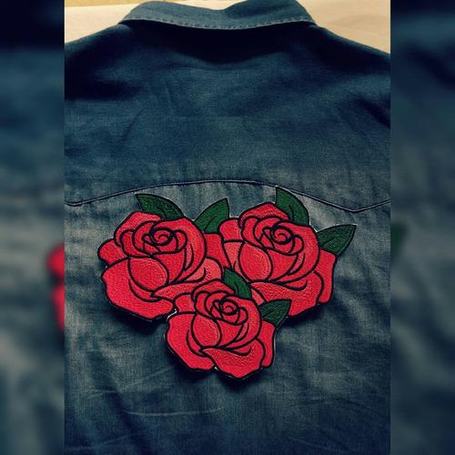 parche de rosa bordada