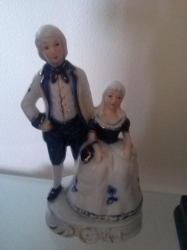 pareja antigua de porcelana. estatuilla. adorno. decoración