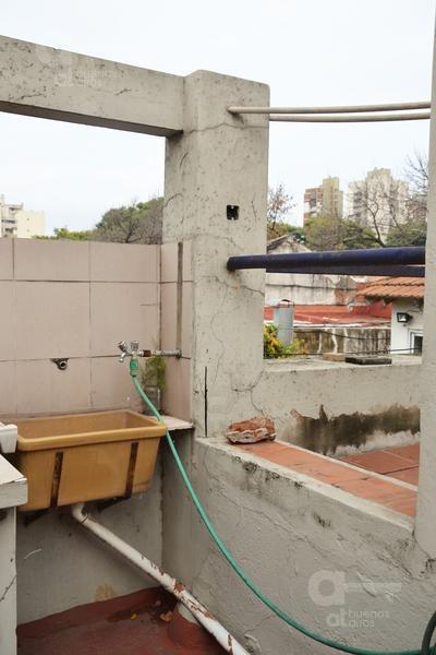 parque patricios. ph 2 ambientes con terraza y patio. alquiler temporario sin garantías.