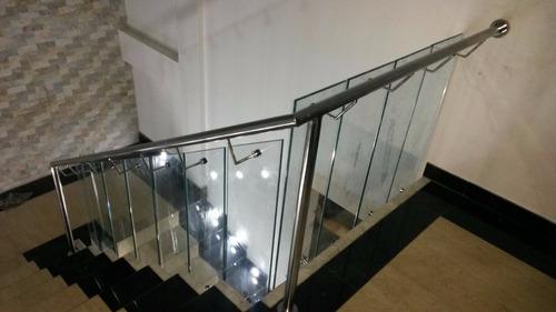 pasamanos, escaleras, letras, baranda en acero inoxidable