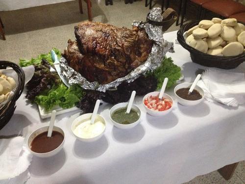 pata pernil de cerdo ternera con panes y salsas
