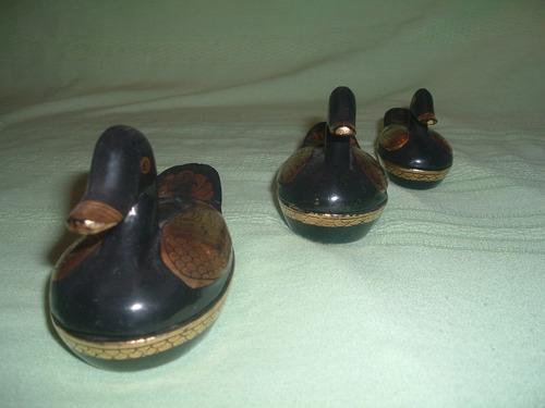patitos de madera lacados (tres)