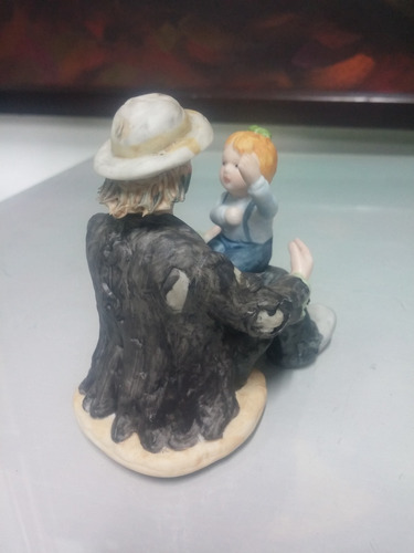 payaso de colección en porcelana con niña firmado