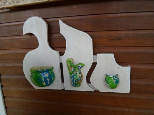 peça decorativa em madeira e vasos em cerâmica