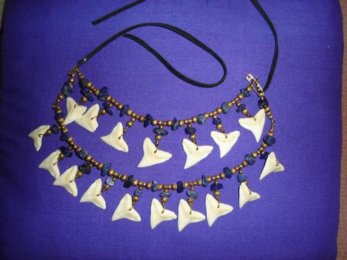pectoral con colmillo de tiburón y piedra amatista