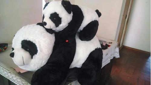 peluches panda mama e hijo al apretar su mano tiran un beso