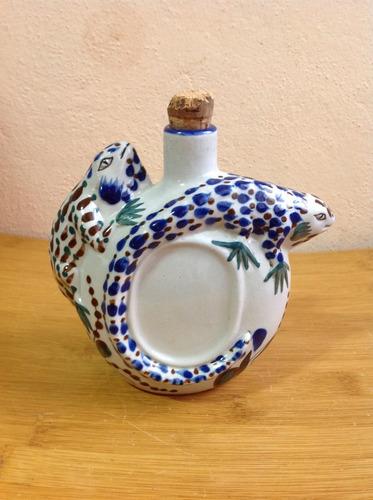 pequeña licorera de cerámica con iguanas