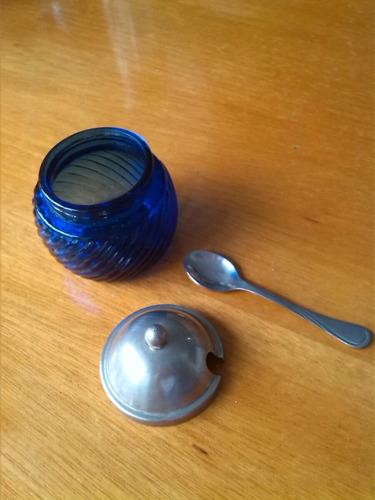 pequeña y fina azucarera de vidrio y acero inoxidable