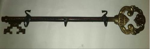 perchero antiguo en forma de llave