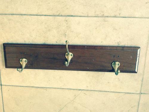 perchero de madera con ganchos de bronce