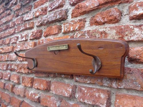perchero de madera dura y perchas de bronce