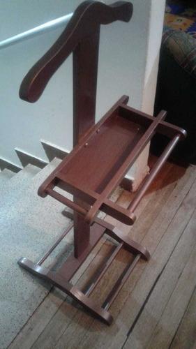 perchero en madera, práctico para colgar el traje del día