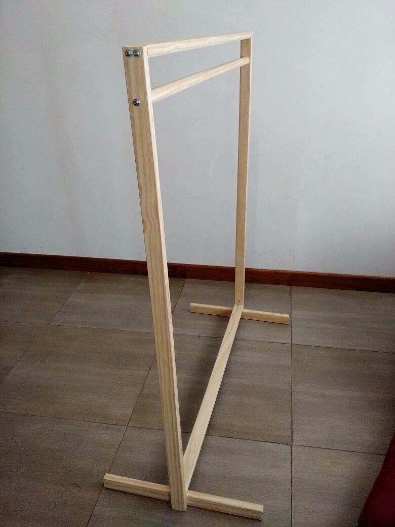 perchero exhibidor de madera