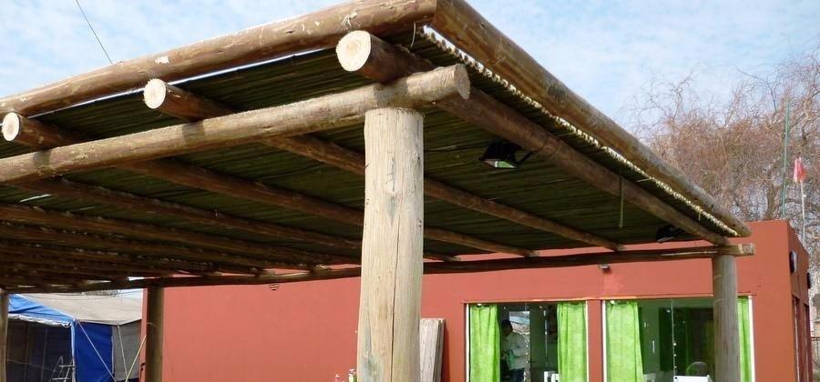 pergolas de madera eucalipto con chapa terminacin rustica